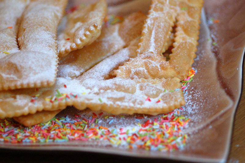 Bánh và các loại đồ nướng khác thường có mặt trong thực đơn của nhiều quốc gia vào dịp Giáng sinh, năm mới, đặc biệt là các loại có hình tròn hoặc hình vòng. Italy có món chiacchiere làm từ bột mì rán phủ đường.