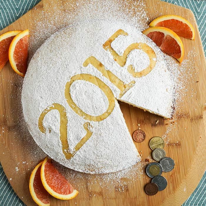 Một số nền văn hóa còn có tục lệ giấu một món đồ trang sức hoặc đồng xu trong bánh, ai gặp được sẽ có nhiều may mắn vào năm mới. Ở Hy Lạp, người dân thường làm bánh vasilopita với một đồng xu bên trong. Bánh được cắt vào đêm giao thừa hoặc ăn tráng miệng vào ngày đầu năm.
