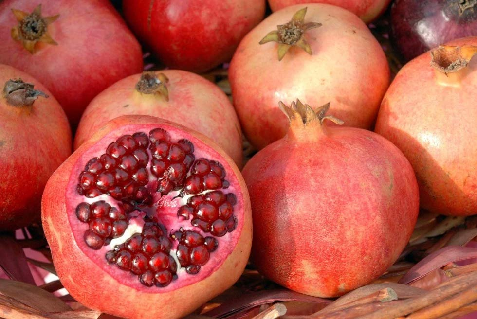Lựu: Người Thổ Nhĩ Kỳ coi lựu là loại quả đem lại may mắn vì nhiều lý do. Màu đỏ của chúng tượng trưng cho sự sống, sinh sôi nảy nở. Khả năng trị bệnh tượng trưng cho sức khỏe và các hạt tròn thể hiện sự thịnh vượng.