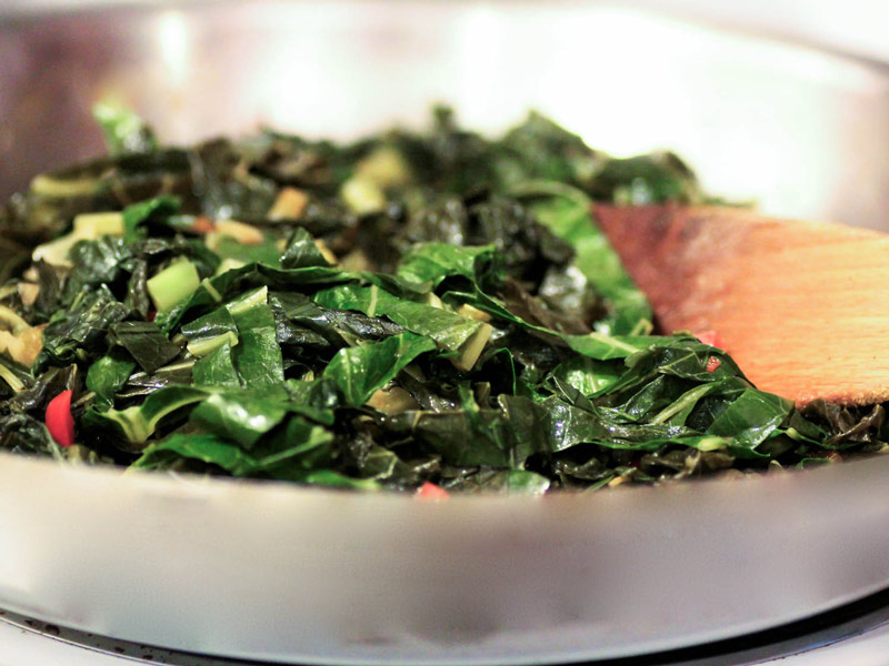 Người Đan Mạch ăn cải xoăn hầm với đường và quế, người Đức ăn bắp cải trong khi người Mỹ chọn cải lá. Nhiều người tin rằng càng ăn nhiều rau xanh vào dịp năm mới thì năm sau càng thu được nhiều tiền của.