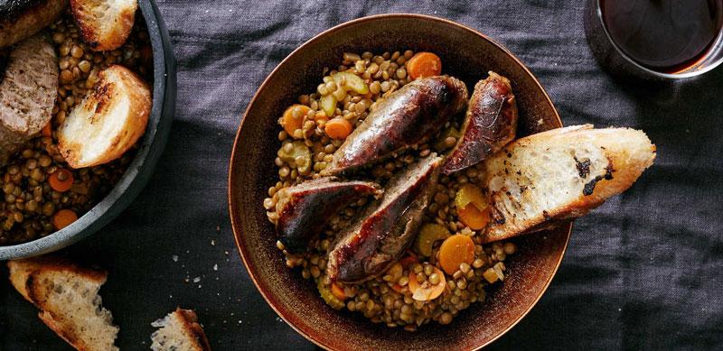 Ở Italy, người dân thường thưởng thức xúc xích và đậu lăng xanh sau giao thừa. Người dân Đức cũng thường ăn món này vào năm mới, có thể thay đậu lăng bằng súp đậu.