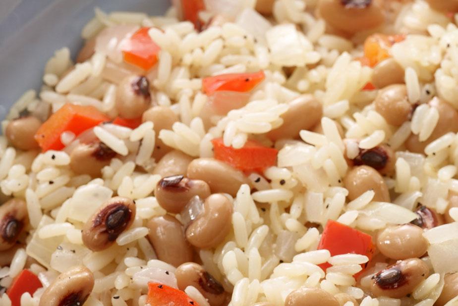Ở miền Nam nước Mỹ, người dân thường ăn món Hoppin' John làm từ đậu mắt đen hoặc đậu đũa.