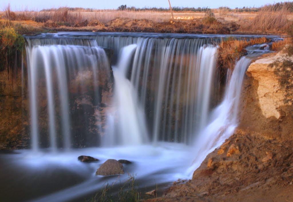 Năm 1974, một con mương dài 9 km và một đường hầm 8 km chạy ngang qua sa mạc từ phía tây vùng trũng Fayoum tới khu vực khô ráo của Wadi El Rayan. Nước chảy vào Wadi El Rayan tạo ra hai hồ nước lớn. Đầu tiên, nước chảy tới hồ phía bắc, sau đó tràn ra và chảy xuống khu vực sâu hơn của vùng trũng, hình thành hồ thứ 2. Dòng nước xói mòn đất, làm lộ nền đá tự nhiên và hình thành thác nước.