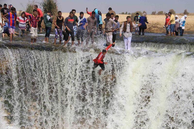Nhiều thác nhỏ được tạo ra bởi dòng nước, cao khoảng 2-4 m. Nơi đây thu hút sự chú ý của nhiều người dân Ai Cập, bởi họ chưa từng thấy thác nước bao giờ. Thác nước này xuất hiện trong nhiều video ca nhạc và phim ảnh của Ấn Độ. Tuy nhiên, thác này phụ thuộc vào mực nước trong hồ.