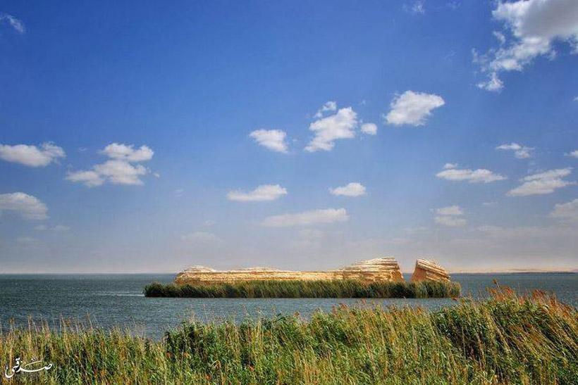 Bờ hồ có thảm thực vật phong phú, nơi trú ẩn cho các loài chim di cư và là nơi sinh sản của nhiều loài cá. Giờ đây, khu vực này là một khu bảo tồn tự nhiên, nơi sinh sống duy nhất của linh dương gazen sừng mảnh, cùng 8 loại động vật có vú và 13 loài chim đặc hữu khác.