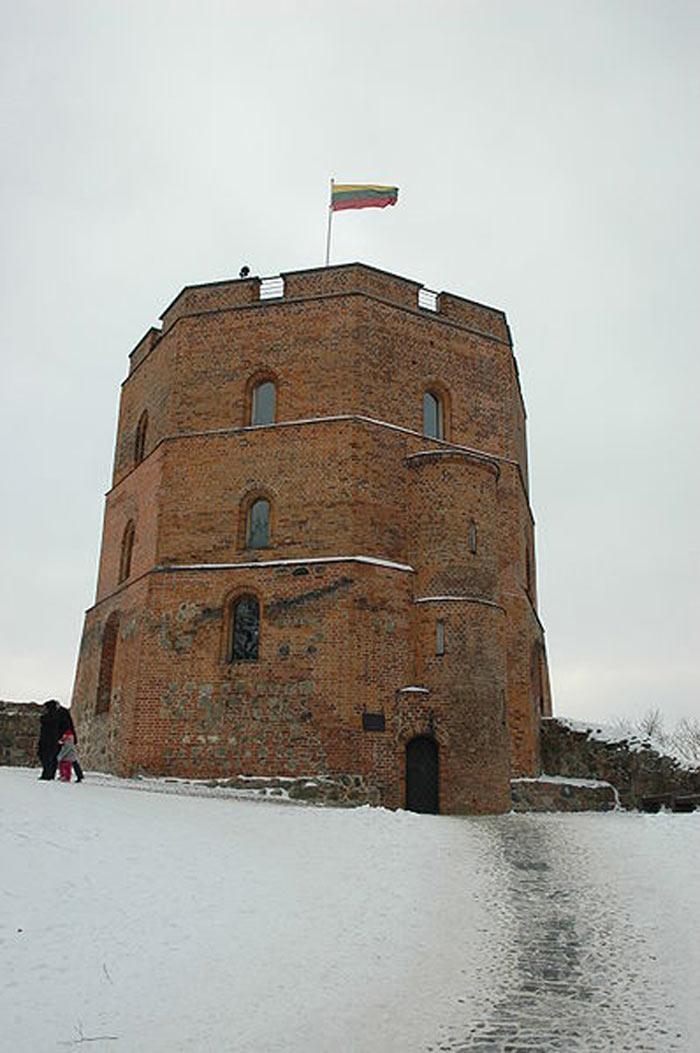 Lâu đài Gediminas được xây dựng từ thế kỷ thứ 13 bằng gạch đỏ.