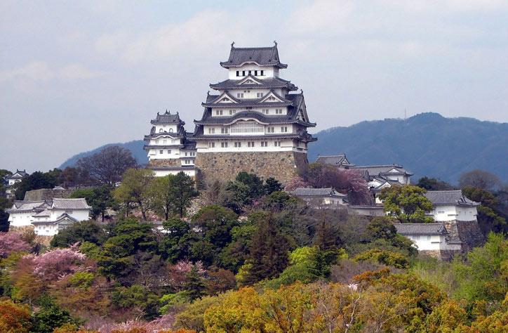 Lâu đài Himeji là một trong những di tích lịch sử cổ nhất và nổi tiếng nhất ở Nhật Bản, được người Nhật coi là Quốc Bảo của mình.