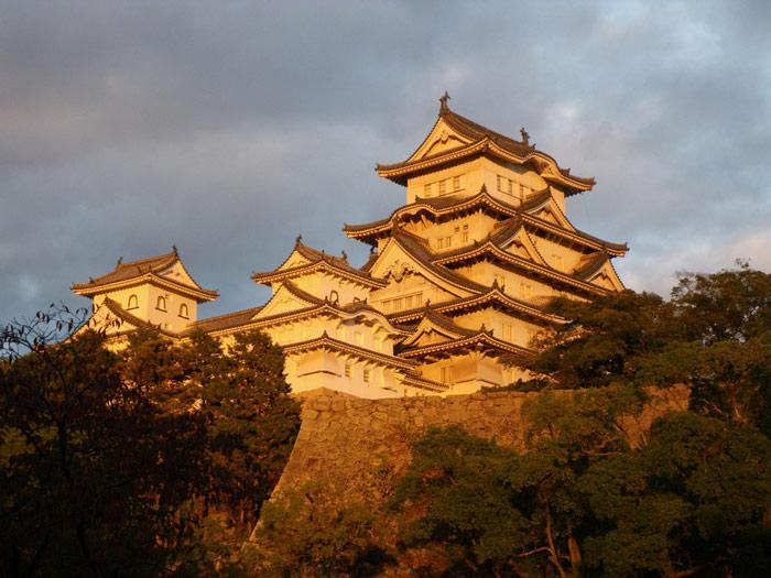 Lâu đài với kiến trúc vô cùng ấn tượng nổi lên giữa một màu xanh của cây cỏ, màu nâu xám của tường đá và điểm xuyến mỗi mùa một màu hoa rực rỡ.