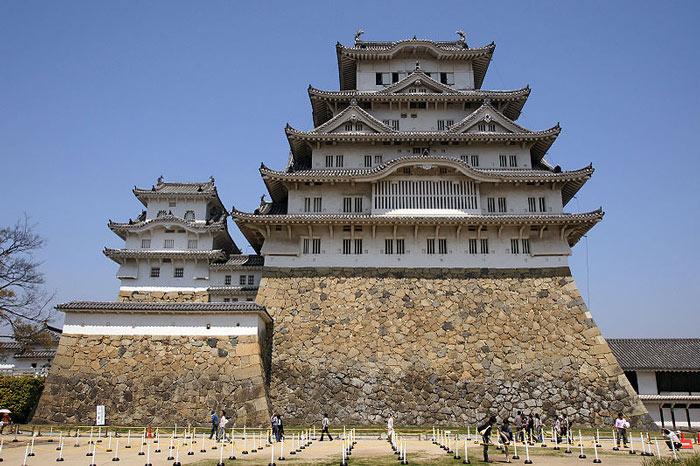 Lâu đài được bao bọc bởi một rừng cây xanh của công viên Himeji kokoen, điển hình một công viên truyền thống của Nhật.