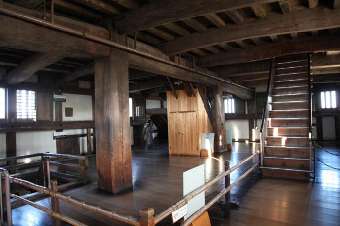 Đặc biệt, cầu thang nối các tầng được thiết kế không trùng nhau ở cùng một vị trí toạ độ mà được bố trí rải rác tạo nên những góc hiểm giúp cho công việc phòng thủ lợi hại.