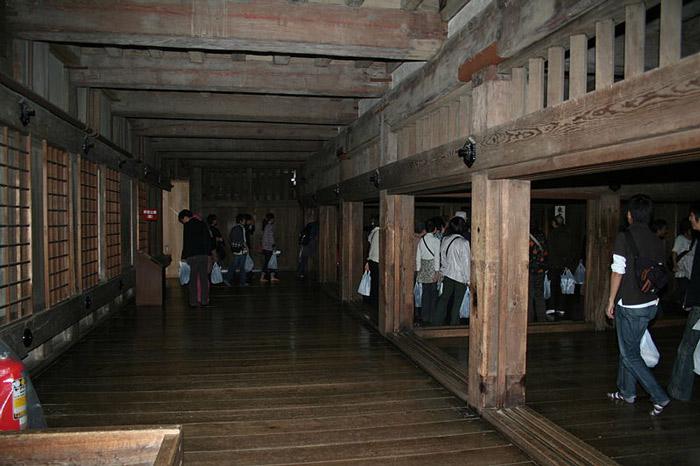 Các xà ngang, xà dọc cũng được làm từ gỗ, ngay cả những vách ngăn cũng được làm từ những ván gỗ xẻ, không sơn mà vẫn mang mầu tự nhiên của vỏ gỗ