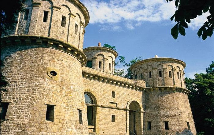 Pháo đài được xây dựng chủ yếu từ đá và là một công trình rất kiên cố của Luxembourg.