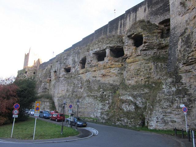 Ấn tượng đặc biệt là dấu vết lịch sử của thành phố cho thấy trước đây thành phố này được xây dựng trên một quả núi.