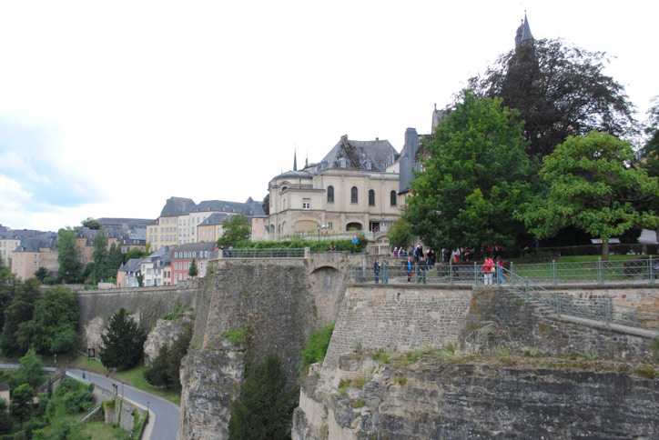 Thành phố Luxembourg có nhiều công trình kiến trúc tuyệt đẹp mang những dấu ấn lịch sử, văn hóa như pháo đài, cầu cổ, phố cổ, quảng trường và các lâu đài, trong đó có những công trình chung được gọi là công sự.