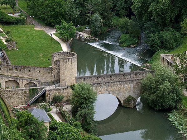 Chiếc cầu hai tầng kết nối với thành phố cổ là một phần quan trọng của các công sự.