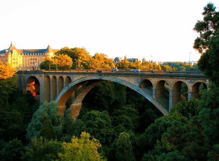 Cầu Adolphe không chỉ là một công trình kiến trúc đẹp mà nơi đây còn có cảnh quan thiên nhiên như tranh vẽ.