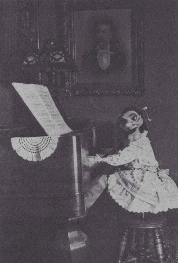 Bức ảnh con rối chơi piano khiến nhiều người giật mình vì quá đáng sợ.