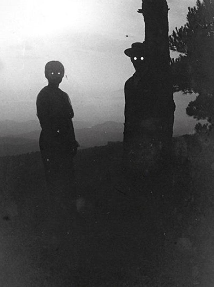 Không rõ do ánh sáng hay chất lượng chụp mà bức ảnh gia đình này lọt top những bức ảnh gia đình đáng sợ nhất mọi thời đại