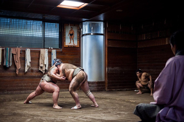 Hai võ sĩ sumo đang tập luyện dưới sự hướng dẫn của một cựu vô địch sumo.