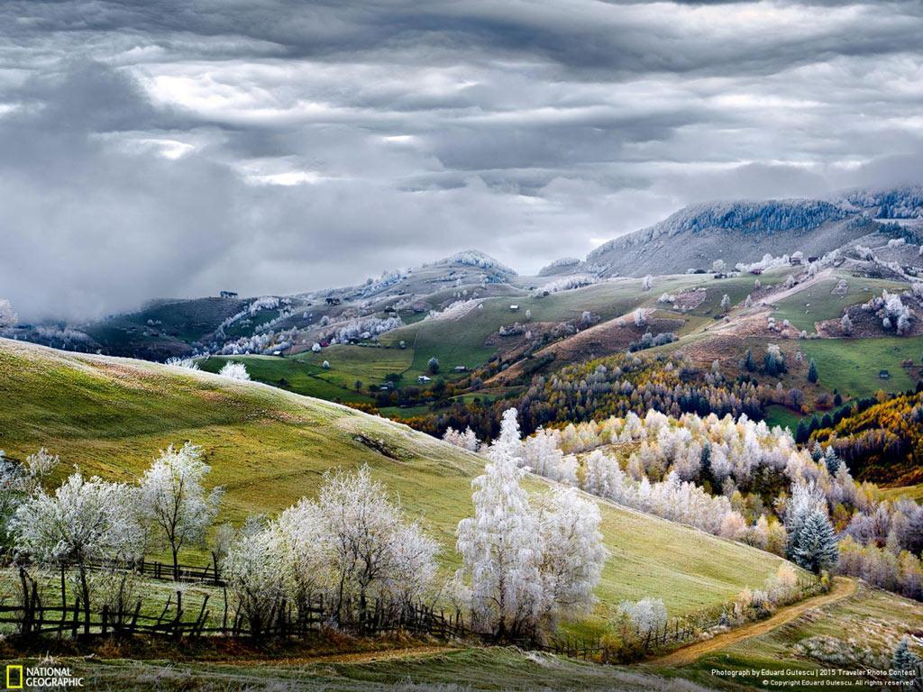 Ảnh của Eduard Gutescu cho du khách ngắm nhìn ngôi làng Pestera ở Romania trong sương giá đầu mùa.