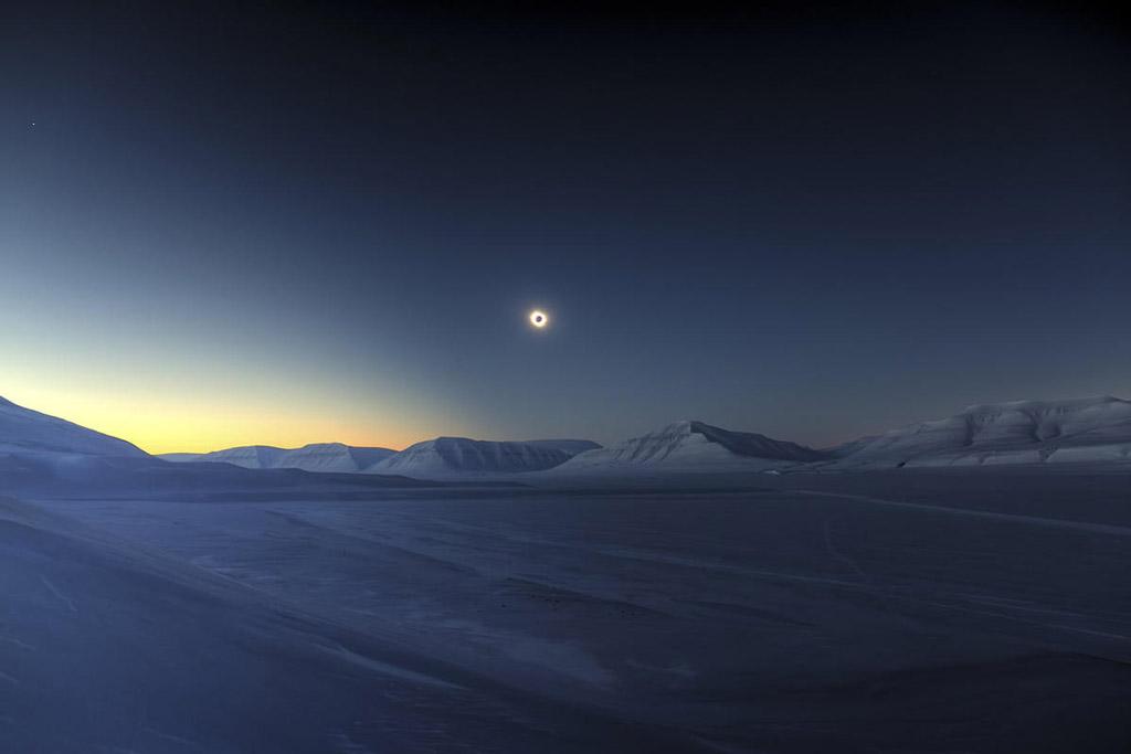 Bức ảnh chụp nhật thực toàn phần vào ngày 20/3 tại trung lũng Sassendalen, Svalbard, Na Uy.