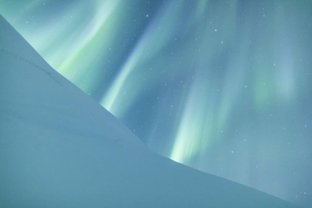 Bức ảnh được chụp tại Công viên quốc gia Abisko, Lapland, Phần Lan. Jamen Percy đã suýt bỏ cuộc sau nhiều giờ trên núi tuyết chờ cực quang xuất hiện.