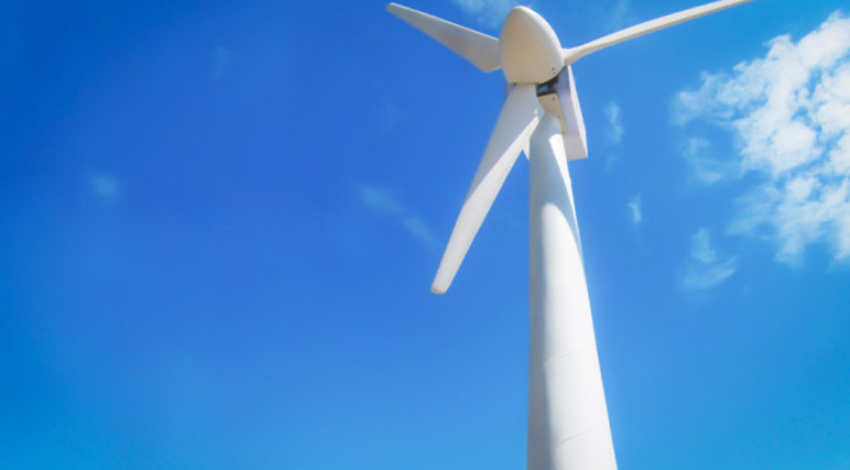 Gió là một dạng năng lượng tái tạo có chi phí thấp. Trong năm 2015, công ty Keystone Tower Systems, Anh, xây dựng tháp gió trên cao đầu tiên sử dụng hệ thống hàn nhanh hoàn toàn tự động. Gió sẽ mạnh hơn ở độ cao lớn hơn và thổi nhanh hơn trên khắp các cánh quạt. Các tua bin gió ở trên cao có thể tạo ra điện năng gấp nhiều lần so với những tháp gió thông thường.