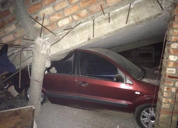 Nhà sập đè nát một chiếc ô tô.