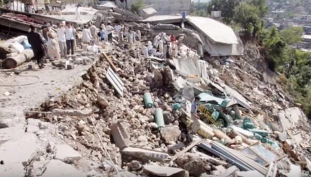 Một con đường bị sạt lở do động đất.