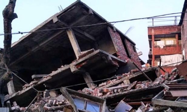 Một căn nhà đổ sập sau động đất.