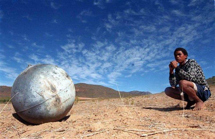 Theo các tài liệu về vũ trụ, những quả cầu bí ẩn rơi xuống từ không trung đã được tìm thấy tại nhiều nơi trên thế giới.