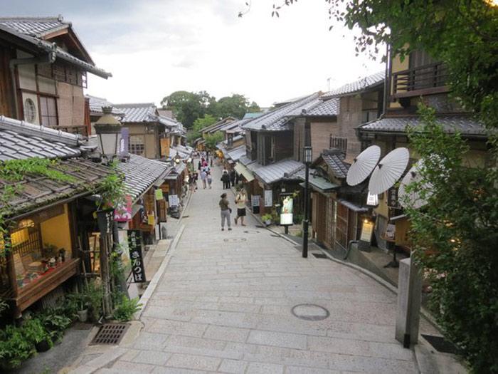 Mặc dù là một thành phố du lịch nổi tiếng nhưng Kyoto vẫn giữ nguyên vẹn được hình ảnh một cố đô yên ả, thanh bình, cổ kính.