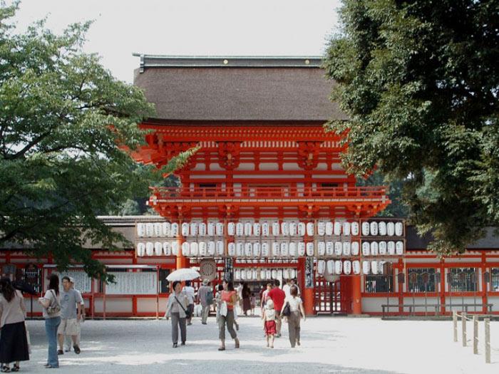 Kyoto nằm trên đảo Honshu - đảo lớn nhất Nhật Bản, có diện tích gần 228.000 km2.