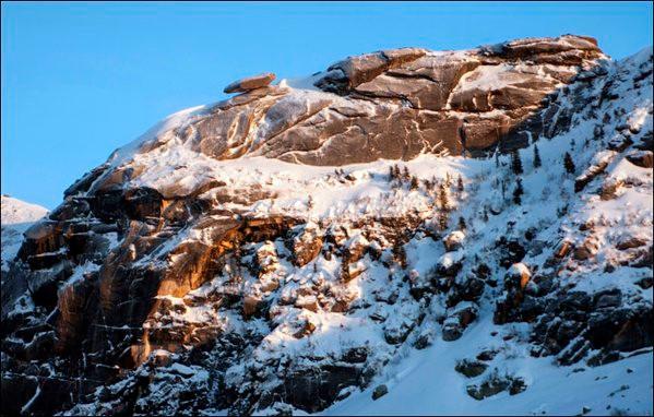 Khối đá thăng bằng bên vực sâu 1.000m.