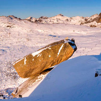 Khối đá 500 triệu năm tuổi thăng bằng bên vực sâu nghìn mét