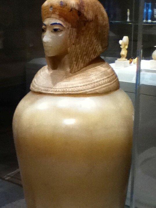 Một bình kín có nắp khắc hình Kiya.