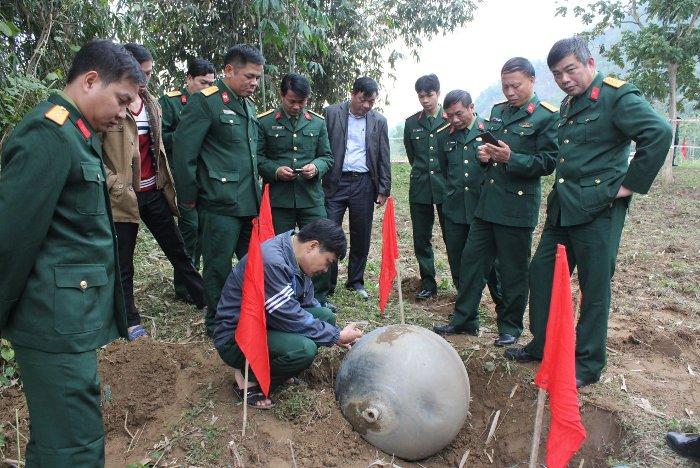 Bộ chỉ huy quân sự tỉnh Tuyên Quang phối hợp với lực lượng Quân khu 2 tiến hành làm rõ quả cầu lạ.