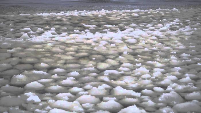 Hình ảnh sóng cầu tuyết bí ẩn trên mặt hồ Sebago.