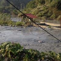 Bùn thải chì tràn ra sông nguy hiểm ở cấp độ nào?