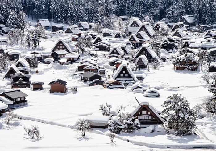 Những ngôi nhà được xây dựng với mái dốc gần như đứng thẳng để mưa, tuyết không thể đọng lại trên mái.
