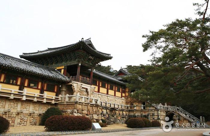 Ngôi chùa này được xây dựng trên những bậc thang đá trông như đế của một ngọn núi.