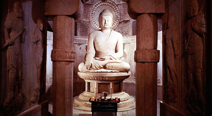 Bức tượng Phật lớn đặt chính giữa gian phòng cùng với những bức Hộ pháp xung quanh