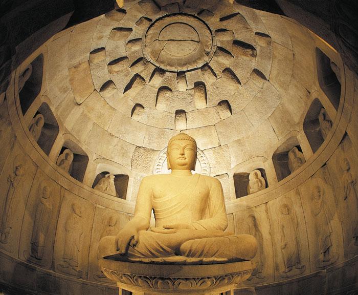 Hang Seokguram được hình thành bởi hàng trăm phiến đá với đủ hình thù, kích thước được sắp xếp lại với nhau.
