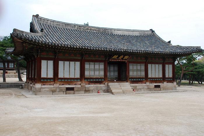 Đền Jongmyo là đền thờ Hoàng gia, nơi thờ cúng các nhân vật quan trọng trong hoàng tộc