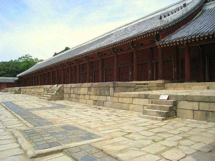 Không chỉ có vậy đền Jongmyo còn là ngôi đền lâu đời nhất cho đền nay được xây dựng dưới sự ảnh hưởng từ Nho giáo