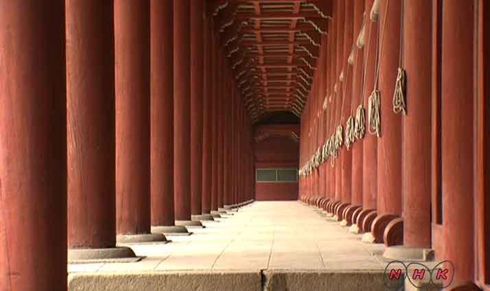 Tòa nhà chính trong đền Jongmyo cũng là tòa nhà bằng gỗ dài nhất tại Hàn Quốc cho đến nay.
