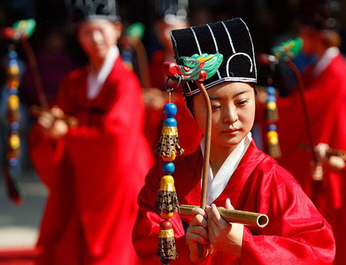 Đền Jongmyo không chỉ là nơi thờ các nhân vật trong hoàng tộc mà còn là nơi nhà vua thường đến tổ chức các nghi lễ tưởng nhớ tổ tiên.