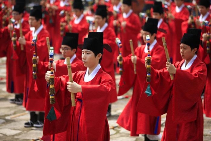 Nghi lễ này là sự kết hơp giữa các nghi lễ âm nhạc và các điệu nhảy được duy trì từ thế kỷ 14 đến nay.