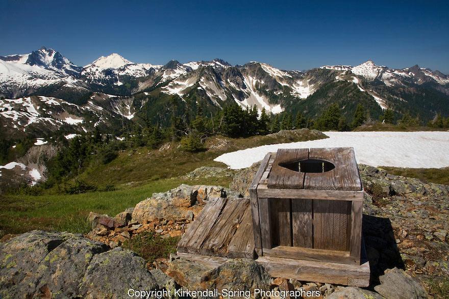 Toilet ở Copper Ridge vừa không riêng biệt, lại chỉ phục vụ được nhu cầu tối thiểu của du khách. Chính sự mộc mạc này lại đưa du khách gần gũi hơn với thiên nhiên.