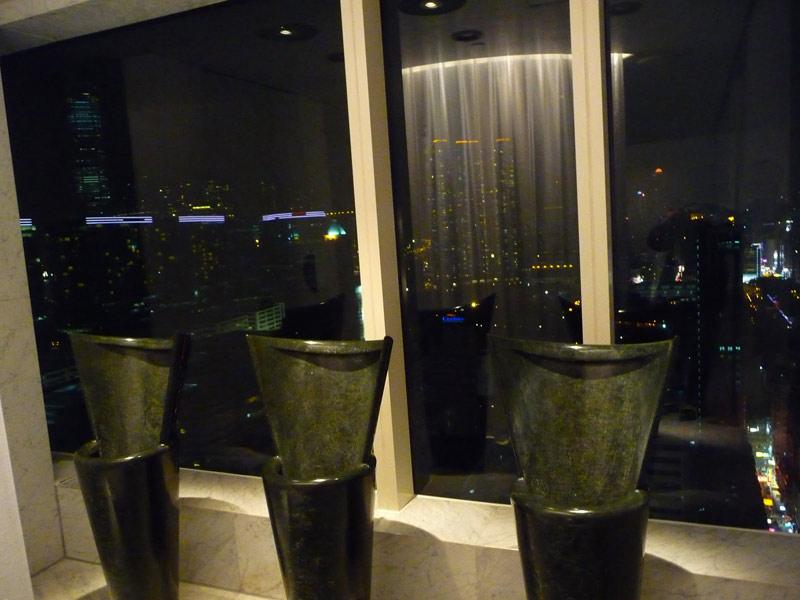 Peninsula là khách sạn lâu đời nhất và cũng sang trọng bậc nhất tại Hồng Kông. Cảnh trí nhìn từ nhà vệ sinh trên cao xuống toàn bộ thành phố cũng trở nên thú vị hơn. Do vậy, sẽ không có lý do gì để bạn cảm thấy buồn chán khi bước chân vào khu toilet đắt đỏ này.